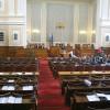 Депутатите безочливо си гласуваха 10 дена почивка, докато кризата цеди държавата