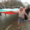"""Голи пенсионери протестираха срещу """"240 тъпи тикви"""" пред Парламента"""