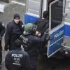 Бежанци хвърляха камъни по прозорците на Меркел