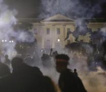 Протестите в САЩ имитират Социална Революция – на път са да Разрушат Белия дом! Кой и защо плаща уличните бунтове:
