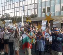 Ден 35: Протест пред Германското посолство! Българите към Меркел: Сляпа ли сте за корупцията в България? (Снимки + Видео)