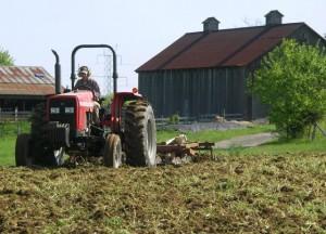 Вместо да бръмчат с тракторите по полето, много земеделци вече го правят в мрежата!