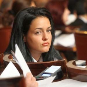 Най-младата депутатка видимо скучае в пленарна зала!
