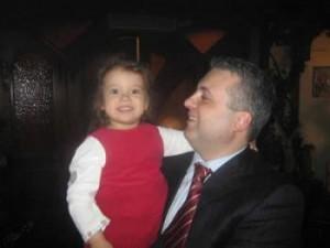 Коко Динев с едно от децата си, не сме сигурни от коя точно чалгаджийка!