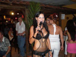 Мая по работно облекло, от времето, когато още пееше...!