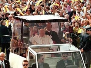 Йоан Павел в прословутия си Папамобил!
