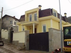 Оградите на тузарските къщи не са пречка за бандитите