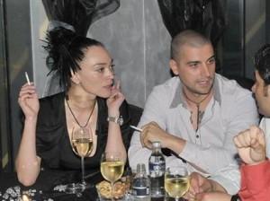 Мая с любовника си - варненския гъзар Шванца, когото скоропостижно разкара