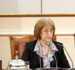 Цецка Цачева внимава да не стане гаф