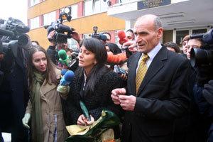 Мария излиза след брачната церемония в ареста