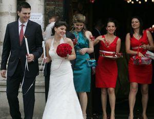 Младоженците след церемонията в храма