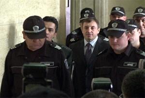 Алексей Петров на път към съдебната зала