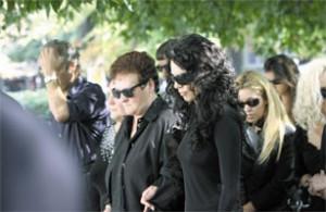 Погребението  - вдовицата Мая и майката Венка