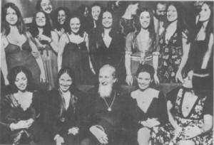 Основателят Дейвид Берг заобиколен от първите си ученички