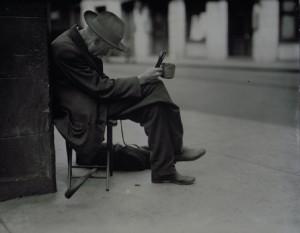 Измамниците захвърлят старите хора на улицата, щом им вземат дома