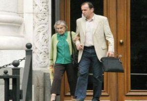 Баба Цеца, крепена от сина си Валентин Димитров - Топлото