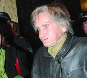 Съдебните дела срещу сина й разсипали здравето на баба Цеца
