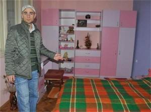 Борислав показва стаята на Габи