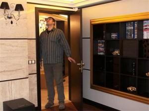 Любо Ганев показва луксозния дом, който обитават с Мирослава
