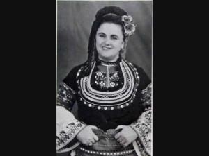 От 1952 Надка Караджова е на сцена