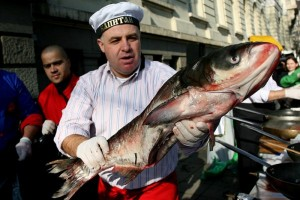 Мирослав Найденов показва как се лови риба