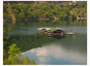 Плаващата къща на Костадинова на яз. Въча