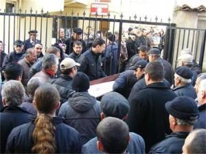 Погрбението на майката и малкия брат на Джунейт