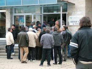 Безработни пред бюро по труда