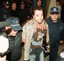 Митьо излезе от затвора, накипрен с диско одежди, за да хлътне в първия бар