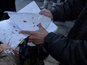 След побоя: Стефчо показва окървавената тетрадка с подписи
