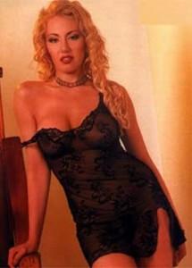 Цицорестата блондинка е блян за много мъже... но нейният блят е Батето