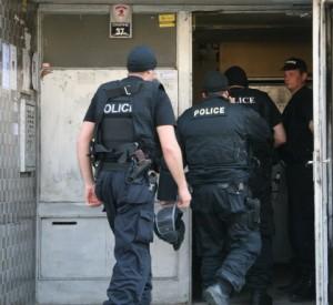 Полицаите се качват при самоубиеца