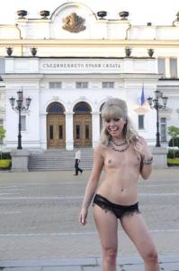 Албена Вулева мята голи телеса  пред парламента