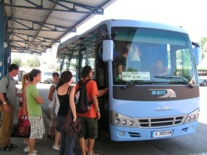 ...А самите автобуси често са така претъпкани, че предразполагат към интимност
