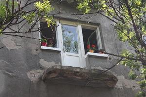 Балконът, който уби един човек и рани двама