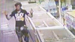 Денят преди убийството, Деян показва на продавач колко голям нож иска