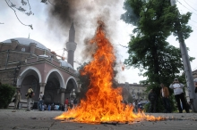 Килимчетата на молещите се бяха подпалени