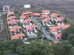 Въпреки заканите на правителството, местни големци си строят къщи в разрез със закона