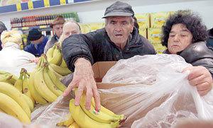 Змия изкача от банани заради война между хипермаркети