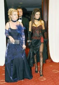 Станулова в кичозно облекло на Виенски бал