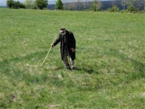 Старец посочва странните кръгове в тревата