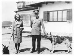 Хитлер, любовницата му Ева Браун и двете им немски овчарки