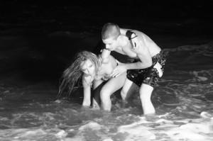 Снежана Макавеева прави секс на плажа при нощно къпане