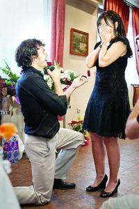 Ивайло Захариев поднася годежния пръстен на смаяната Миряна