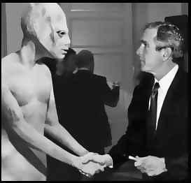 То и президента Буш твърдеше, че не вярва  в извънземни, докато папараци не го снимаха на калъп с едно от тях!