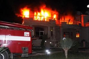 Три от петте къщи на Цар Киро бяха подпалени
