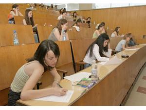 Най - често студентките, които са закъсали за пари, продават на безценица косите си