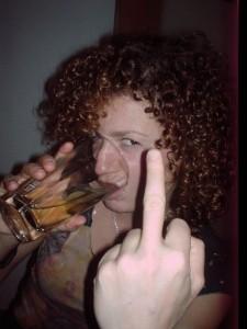 Люси Дяковска с най-  новата си приятелка чашката, показва среден пръст