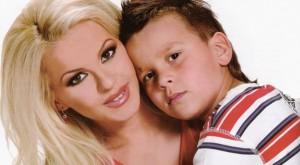 Деси Слава и детето й