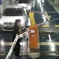 Жена чупи бариера с голи ръце